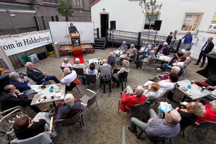 Oud gastel : zondag 24 september 2017   Dialectenmiddag in tuin achter Cafe Onder de Toren , Joost Swanenberg aan het woord.    foto : gerard van offeren