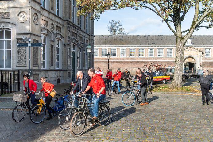 2020: Een groep verkent op de fiets de route in Breda van de Vuelta 2020. De Ronde van Spanje start vanaf het Kasteel van Breda, wethouder Daan Quaars (voorgrond) fietst mee.