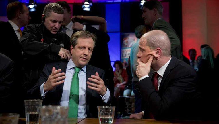 Alexander Pechtold (D66) (L) en Diederik Samsom (Pvda) bespreken de uitslag bij de NOS. Beeld anp