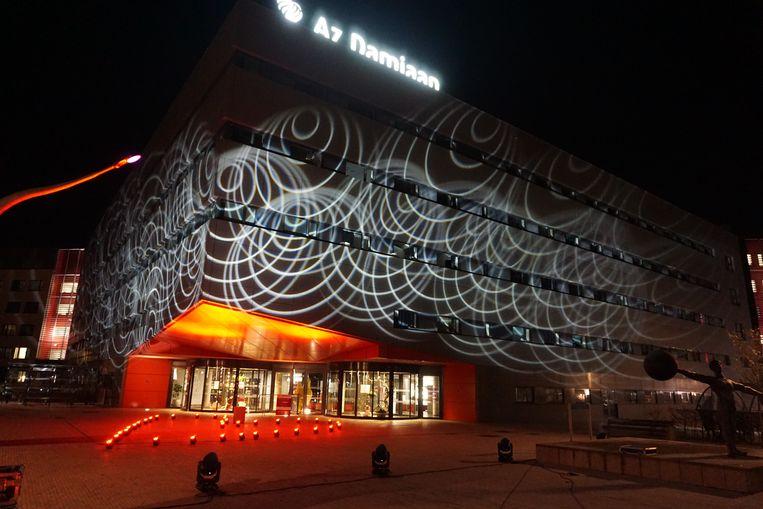Het AZ Damiaan in Oostende zet het zorgpersoneel met een serene lichtshow letterlijk in de spotlights.