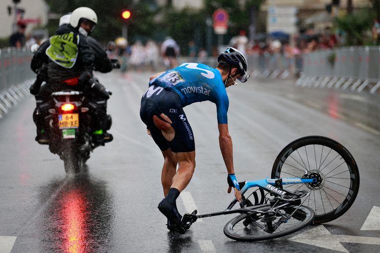 Imanol Erviti raapt zijn fiets op van het natte wegdek. Beeld BELGA