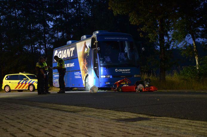 De kartbestuurder kwam op het industrieterrein in botsing met een geparkeerde bus.