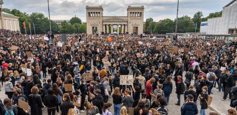In München vulde de Königsplatz zich met zo'n 25 duizend betogers. Beeld Peter Kneffel/dpa
