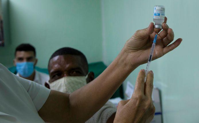 Een verpleegster maakt een dosis van het Abdala-vaccin klaar voor inspuiting.