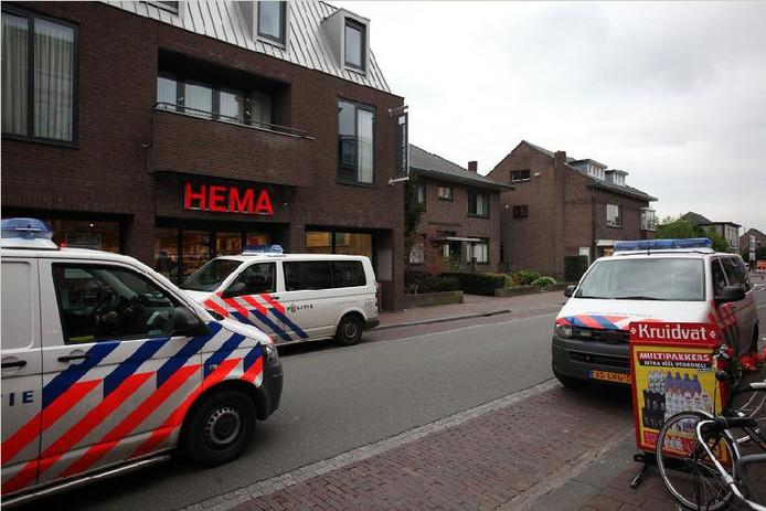 Politie bij de overvallen Hema in Rijen. FOTO Jeroen Stuve.