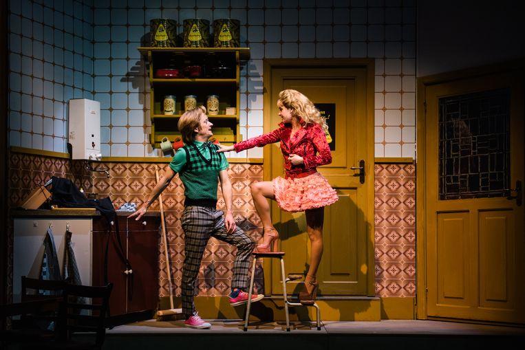 Lukas Blijdtschap (Tim Kamps) en Lena Braams (Jeske van der Staak) in de musical 't Schaep met de 5 pooten. Beeld Tom Sebus