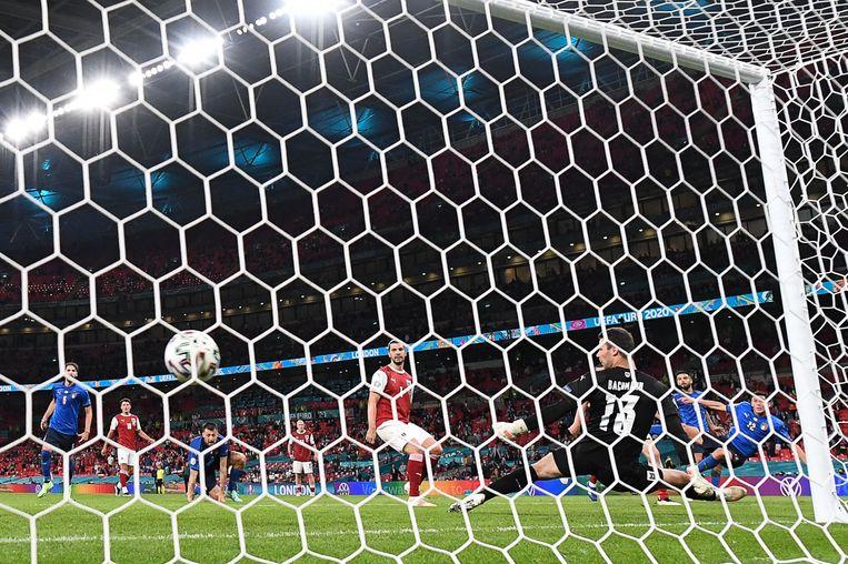 Matteo Pessina scoort het tweede doelpunt voor Italië. Beeld AFP