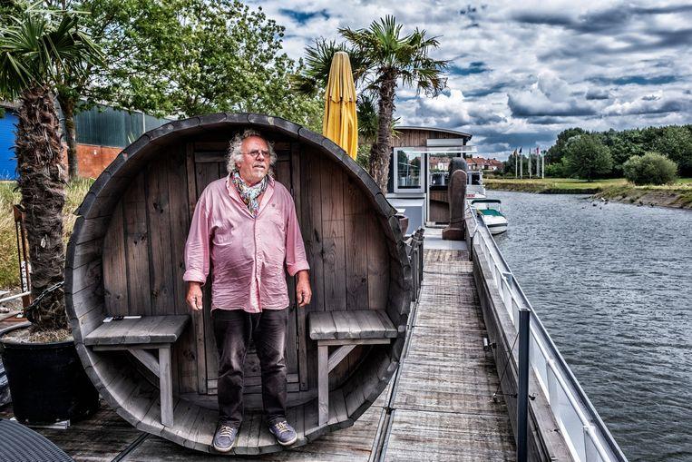 Alain Deschuytere had jarenlang een feestboot op de Leie. 'Varken, bier, wijn en accordeon.'   Beeld Tim Dirven
