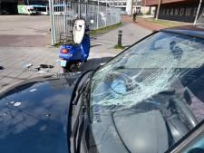 Bestuurder scooter belandt op voorruit auto bij botsing op fietspad in centrum Arnhem