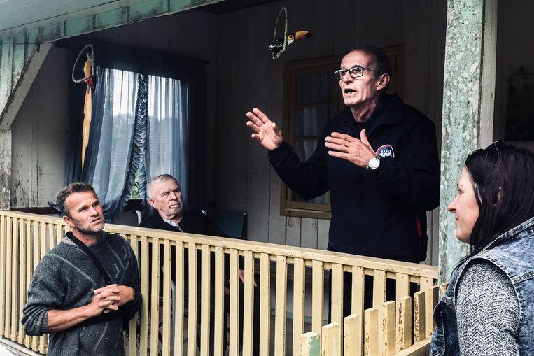 Elmo Gaulke, gebarend en pratend, op de veranda van Rudi Lipke, zittend. Beeld Waldthausen Marlena