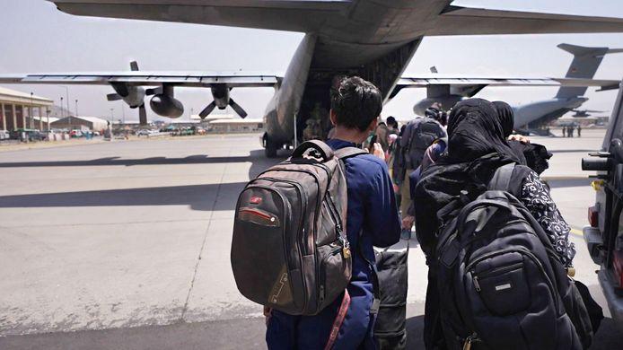 Evacuatie door Nederlandse militairen op het vliegveld van Kaboel.