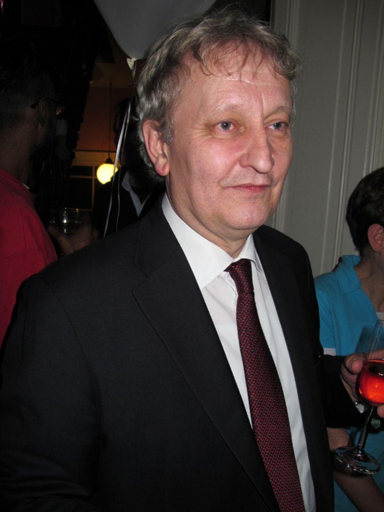 Burgemeester Eberhard van der Laan klapt uitbundig voor Mathilde Santing. Beeld