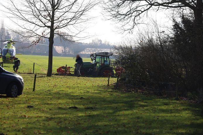 Man gewond na ongeluk tijdens werkzaamheden met tractor.