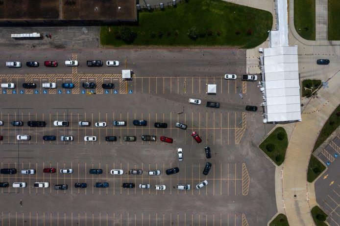 Rijen auto's van mensen die getest willen worden op het virus in Houston.