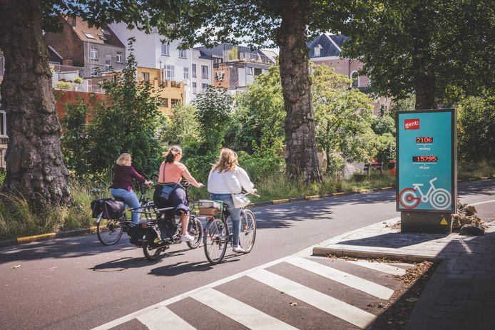 De nieuwe fietstelpaal op de Bijlokekaai