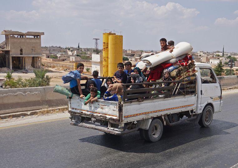 Inwoners van de stad Maaret al-Numan op de vlucht voor het geweld. Beeld Foto AFP