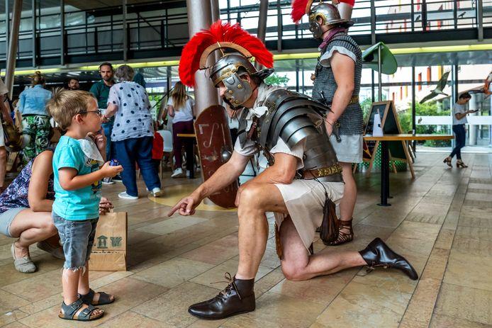 Romeinen van Museumpark Archeon bezoeken kinderen in het Wilhelmina Kinderziekenhuis. Archieffoto.