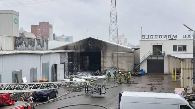 """Brand in loods aan Tweemontstraat onder controle: """"Er was in het begin veel rookhinder waardoor het probleem groter leek."""""""