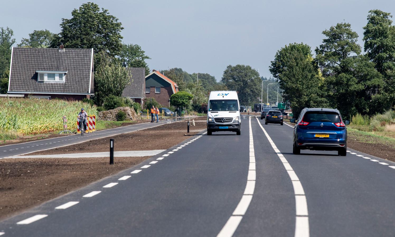 TT-2021-10746 - RIETMOLEN - De N315 tussen Neede en de nieuwe N18 is een half jaar dicht geweest. Er is een rotonde aangelegd en de weg is verbreed. Vandag is ie voor het eerst weer open Fotobon-nummer: TT-2021-10746 EDITIE: AC FOTO: Frans Nikkels FN20210729