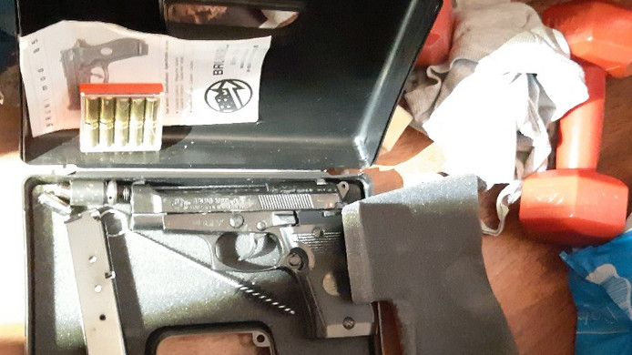 Er werd ook een vuurwapen gevonden.