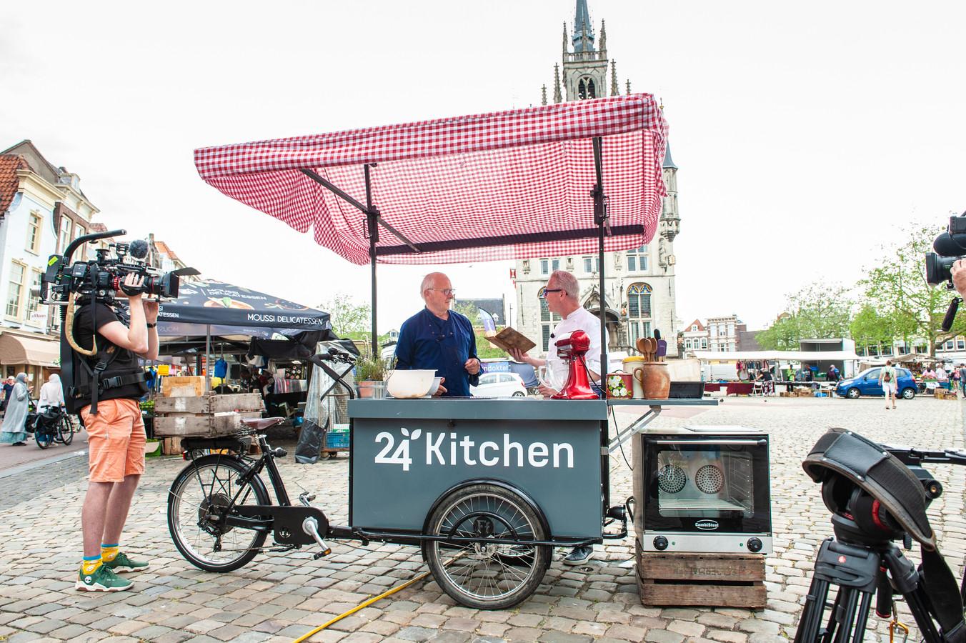 Bakker Ton van den Berg en meesterkok Rudolf van Veen met het receptenboekje van bijna honderd jaar oud.
