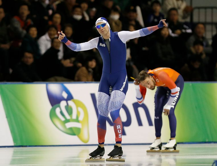 Pavel Koelizjnikov juicht, terwijl Nuis teleurgesteld als tweede over het ijs glijdt, vandaag tijdens de 1000 meter in Japan. Beeld EPA
