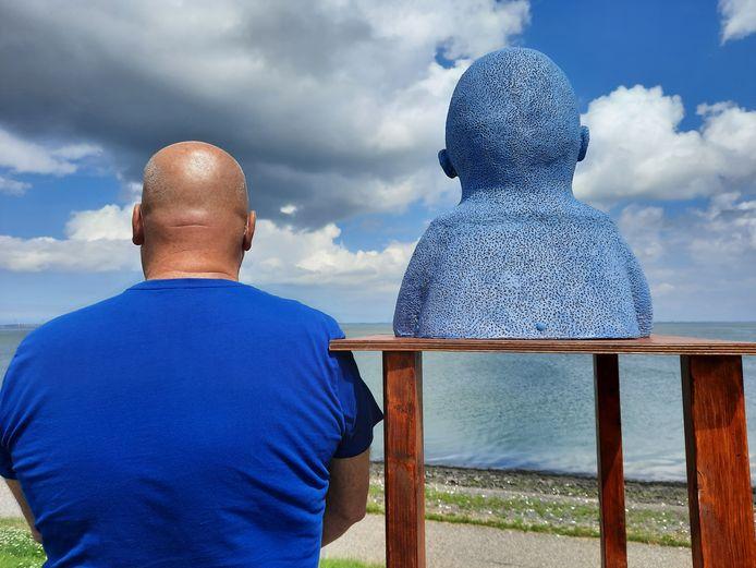 WATERKIJKERS Arnold uit Huijbergen geniet van het Zeeuwse uitzicht aan de Oosterschelde tijdens het kunstproject Eindeloos/Dijken van Wijven op Noord Beveland. Zijn vrouw zag te treffende gelijkenis.