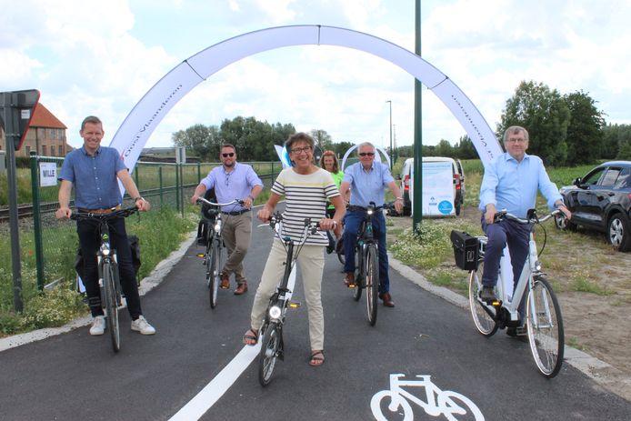Het nieuw stuk fietspad werd feestelijk ingereden.