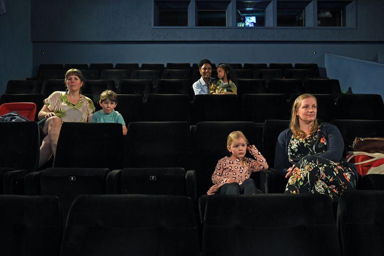 Ook de bioscoop is weer open. Moeders en hun kinderen genieten zaterdag van een kinderfilm in filmhuis Lux in Nijmegen. Beeld Marcel van den Bergh / de Volkskrant