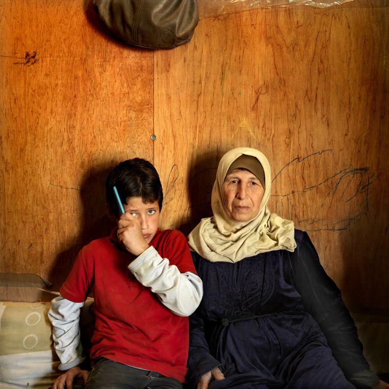 Iyman Kino heeft met haar zeven kleinkinderen onderdak gevonden in een tent. Beeld Marieke van der Velden