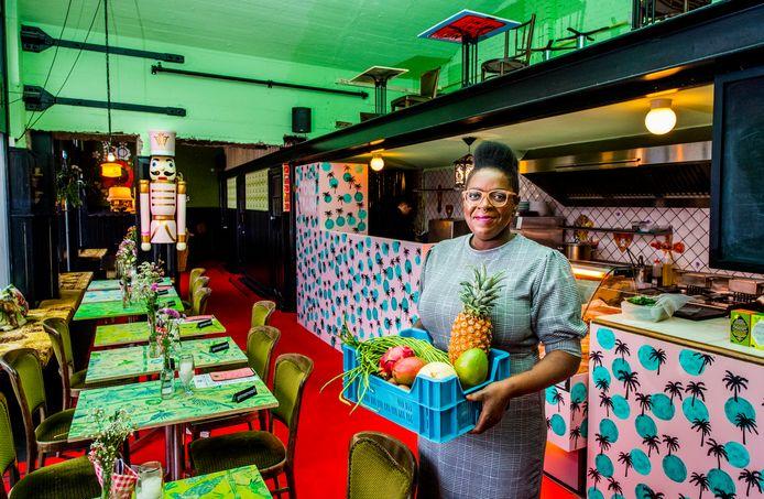 Een zachtroze keuken met palmbomen erop. Tafeltjes met een exotische vissenprint. De keuken van Toko Trash ziet er tropisch uit, maar moet iets meer dan een jaar na opening verhuizen. Het pand is doorverkocht.