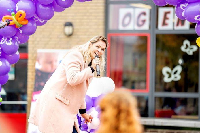 Tv-persoonlijkheid Nance prikt een ballon door.