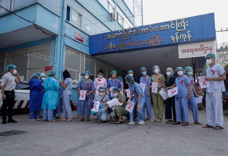 Stakende zorgmedewerkers in Yangon, Myanmar. Beeld EPA
