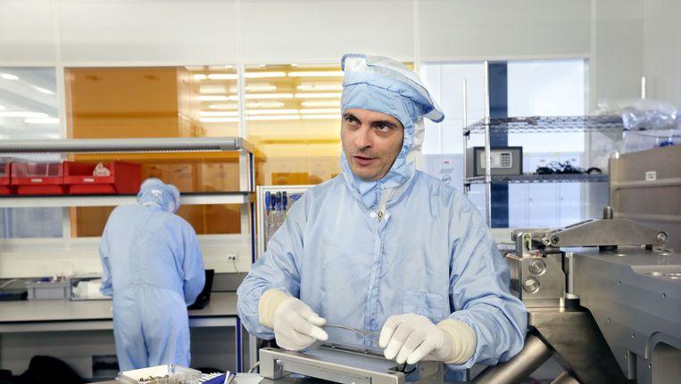 ASML-werknemers produceren chips in een fabriek in Veldhoven Beeld anp