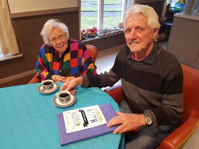 Riet en Gerard Walther drinken samen een kopje koffie.