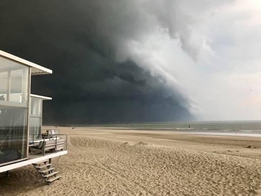 Opeens is het hele strand van Cadzand leeg.