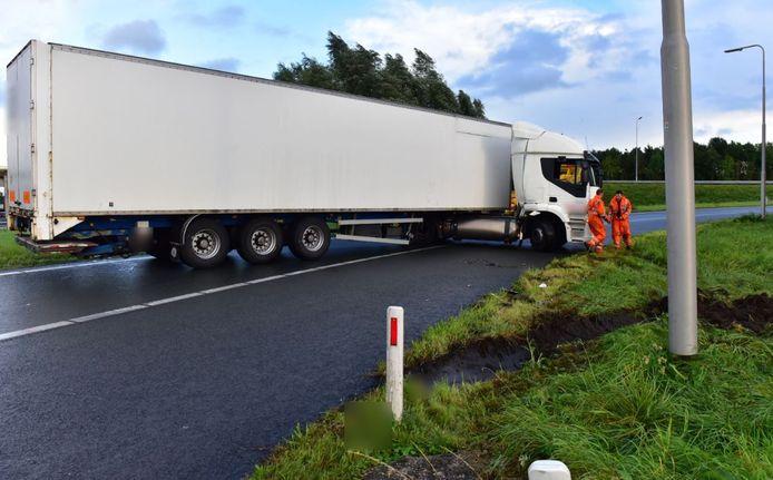 Archiefbeeld van een geschaarde, witte vrachtwagencombinatie uit 2017. Dit is beeld ter illustratie en betreft niet de vrachtauto van de aso-trucker die dinsdagavond levensgevaarlijk rijgedrag vertoonde in Dalfsen.
