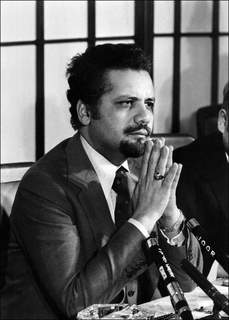 Ahmed Zaki Yamani, hier in 1974. Hij was een beminnelijk man met vriendelijke ogen en een charmant Van Dyk-baardje die zich even gemakkelijk in een westers maatpak stak als in een moslimgewaad. Beeld AFP