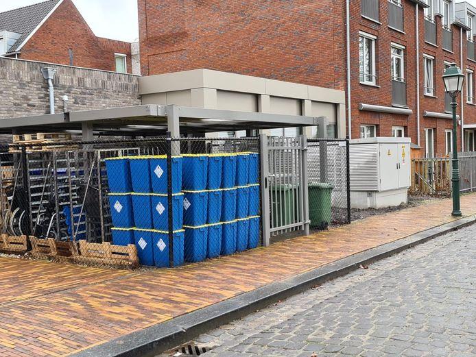 Naast het trafohuisje staan nu ook blauwe containers met medisch afval