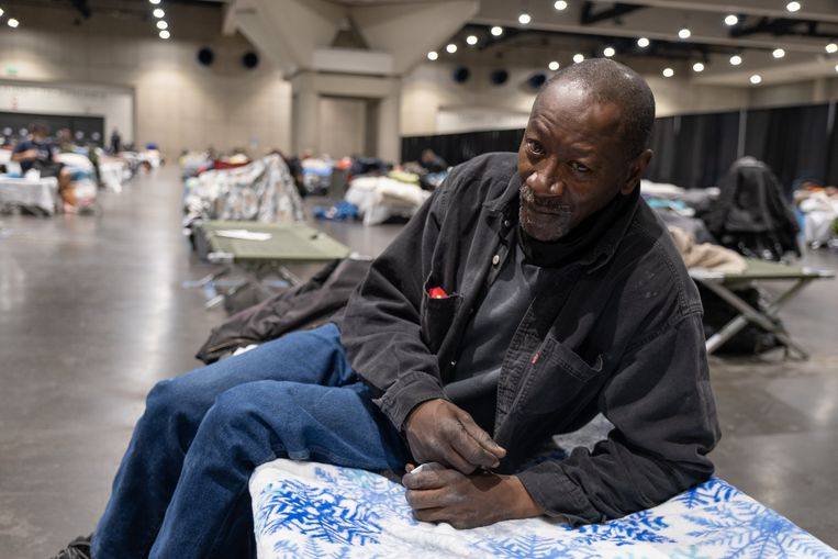 George Johnson, 61, in het opvangcentrum in San Diego. De slaapzaal is verdeeld in twee ruimtes, waar de vrouwen aan een kant slapen en de mannen aan de andere kant.  Beeld Eline van Nes