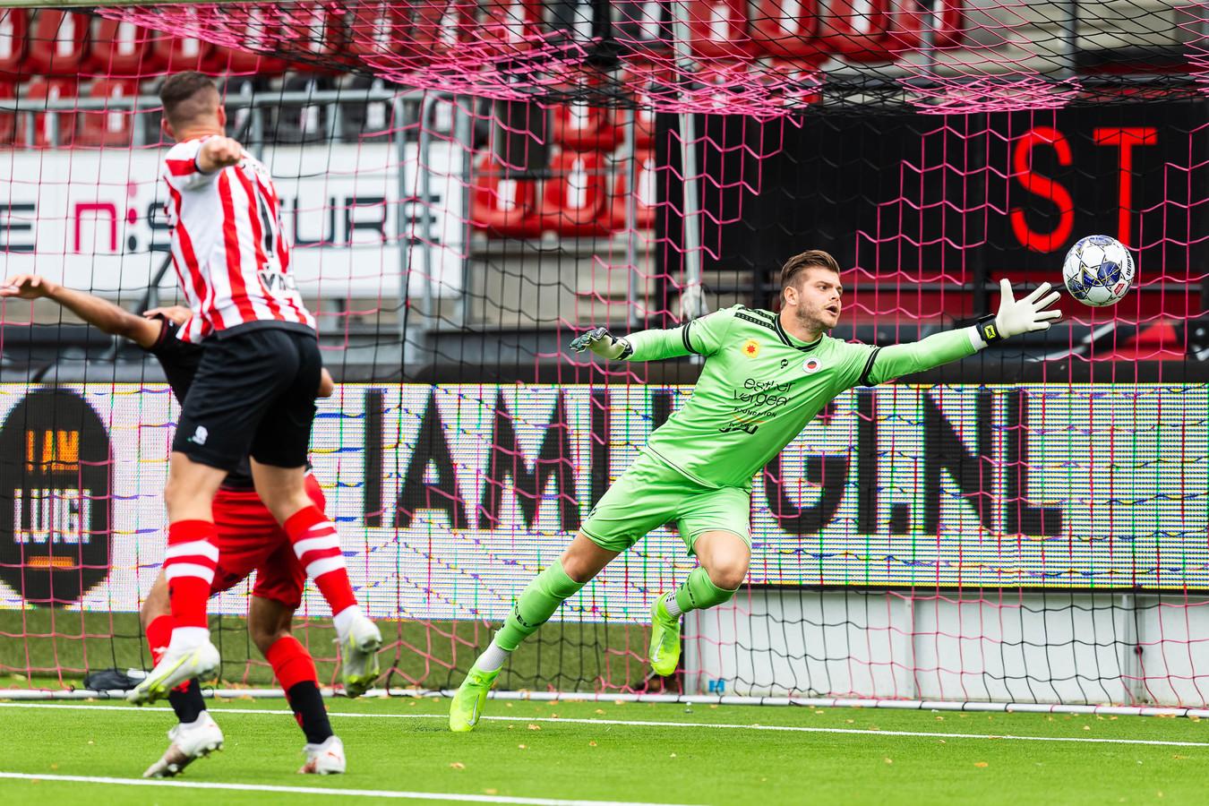 Vito van Crooij kopt de 0-1 binnen tegen Excelsior, waar keeper Stijn van Gassel drie treffers om zijn oren kreeg.
