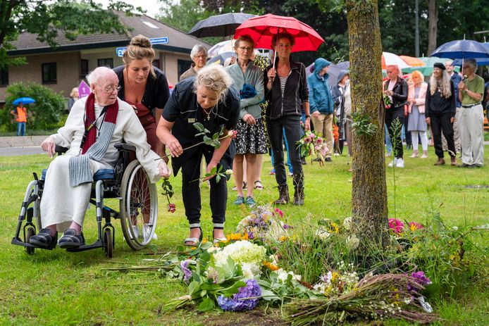 Bewoners van Wolfheze leggen bloemen bij een boom om de dorpsbewoner te herdenken die vrijdag op de spoorwegovergang om het leven kwam. Bij de spoorweg zelf mochten in verband met de veiligheid geen bloemen worden gelegd.