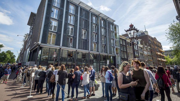 Toeristen wachten voor het Anne Frank Huis Beeld anp