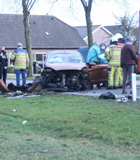 Vrouw gewond na harde botsing tussen taxi en auto bij Nieuwleusen