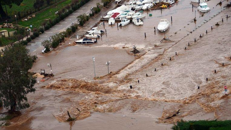 Zeker twee mensen kwamen om, 155 mensen werden geëvacueerd en één iemand is vermist. Beeld AFP