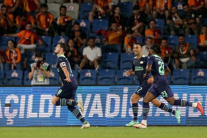Marco van Ginkel schoot PSV na een klein uur spelen op een 0-2 voorsprong tegen Galatasaray.