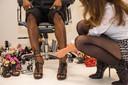Zeynep Dag trekt een door haar ontworpen mannenpump aan bij een mannelijk model.