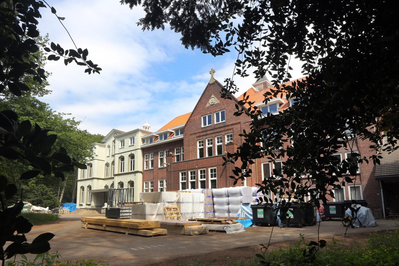 De bouwstop bij het voormalige klooster duurt nog voort.