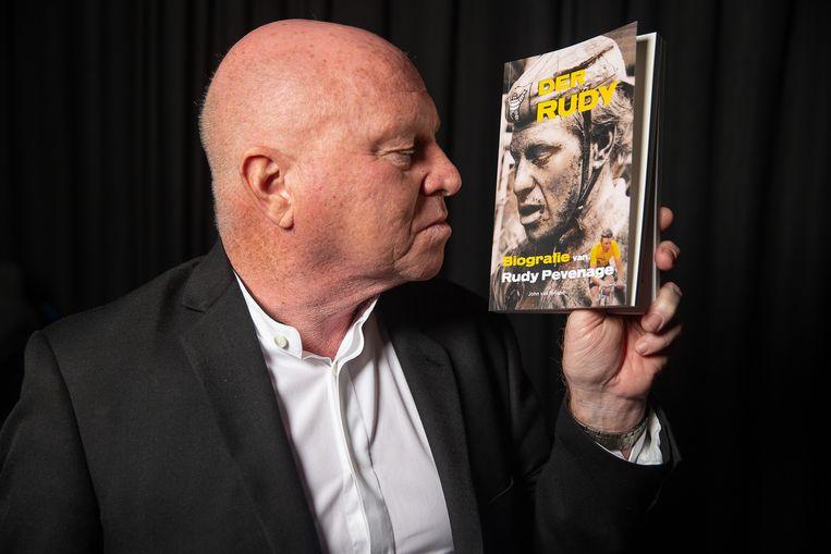 Rudy Pevenage met de biografie 'Der Rudy'. Beeld Belga