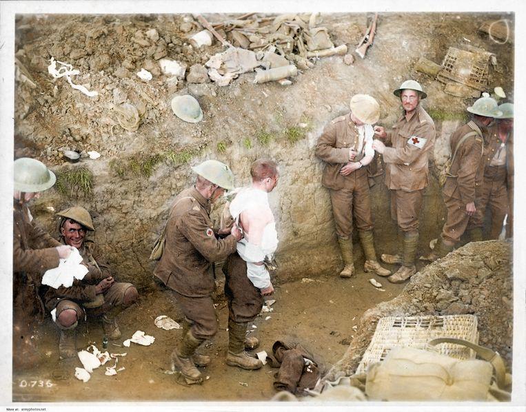 Gewonde soldaten worden behandeld in een loopgraaf.   Beeld Royston Leonard / mediadrumworld